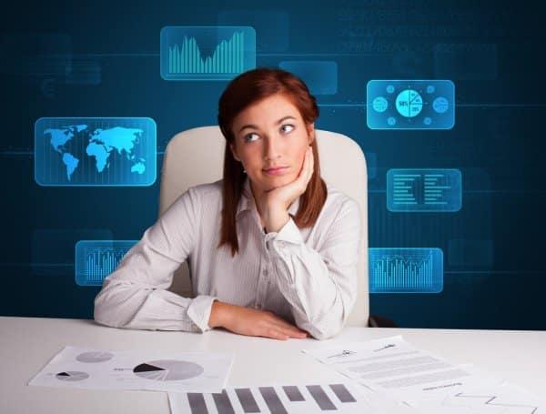 Executiva analisa documentos e oportunidades de expansão do negócio